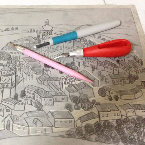 ②赤い持ち手の彫刻刀はリノカット用。自分の消しゴムはんこ用の彫刻刀やナイフも並行して使用