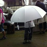 雨が降ってきた。と思ったら、傘おばけが登場。